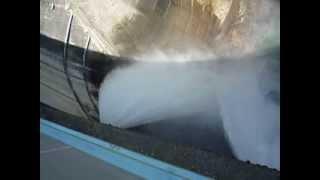 黒部ダムの放水を真上から見るとこんな感じ