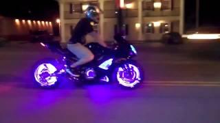 Авто тюнинг красота и мощь Крутой мотоцикл с динамической подсветкой колес