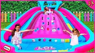 Laurinha e Helena brincando com brinquedos infláveis