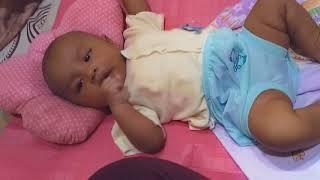 Bayi mulai belajar ngemut jempol