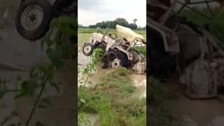 खेत में फंसे ट्रैक्टर को निकाल रहा था किसान, तभी पलट गया ट्रैक्टर