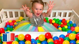 Les enfants et Des boules de couleur partout