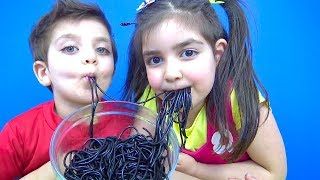 Gambar cover Niloya Azra and Incredible Selim wants to eat Black Noodle challenge winner gets Ozmo surprise egg