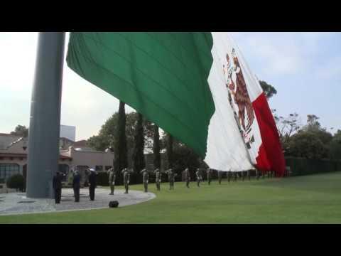 Participan autoridades educativas en ceremonia de izamiento de bandera en Campo Marte