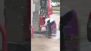 женщина на заправке залила бензин в полиэтиленовый пакет