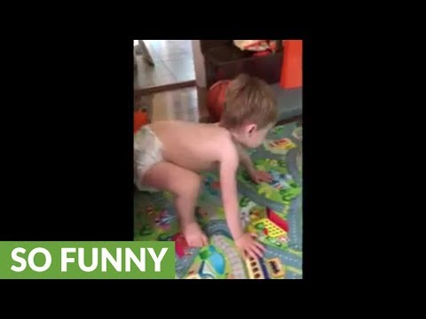 Toddler hilariously mimics dad's workout routine