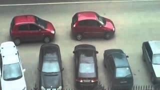 Мужик на парковке запертый женщинами