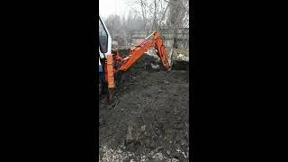 Фронтальный погрузчик , экскаватор Kubota R410  копает