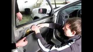 Skoda Octavia tour Снятие обшивки передней двери для демонтажа замка.