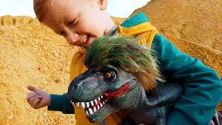 Динозавр поймал Лёву на тракторе застрявшем в грязи и они весело играют