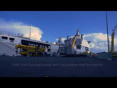 Zr.Ms. Karel Doorman wordt beladen voor noodhulp Sint Maarten