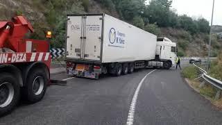 El camión atravesado en la salida de la A-52 es recolocado por una grúa