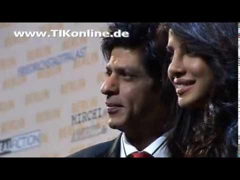 Shah Rukh Khan posiert mit Priyanka Chopra und Florian Lukas