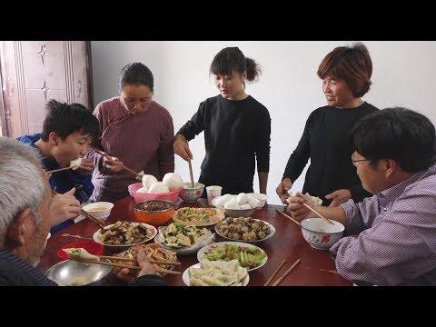 女儿女婿回娘家,农村老奶奶做这桌饭菜招待他们,看着就想吃