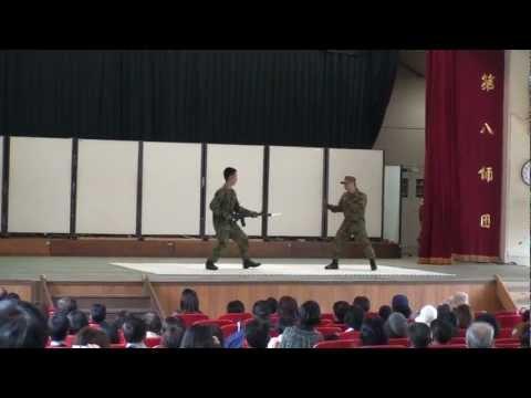 北熊本駐屯地開設記念行事での格闘展示は笑いの急所を決して外さない。