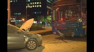 Carro invadió carril y chocó de frente contra un bus del SITP en puente de la carrera Séptima