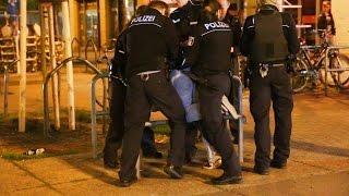 Mann schlägt Freundin nieder, Festnahmewiderstand | BlaulichtTV