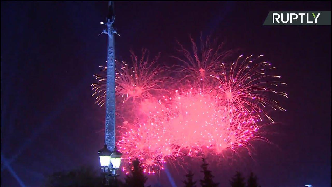 Праздничный салют на День города в Москве