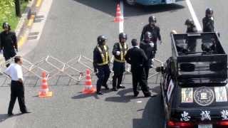 機動隊のバリケードに突っ込んでくる街宣車 2013/8/15 靖国神社