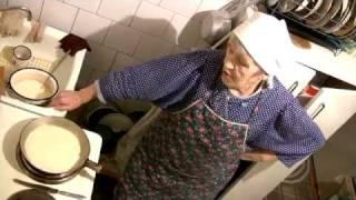 Масленица. Бабуля печёт блины. Grandma bakes pancakes (subtitles).