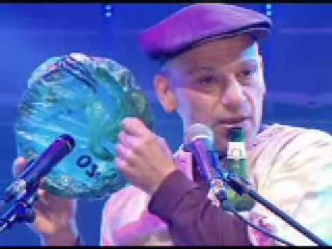 Arto Tunçboyaciyan performs on beer bottle at 2006 World Music Awards