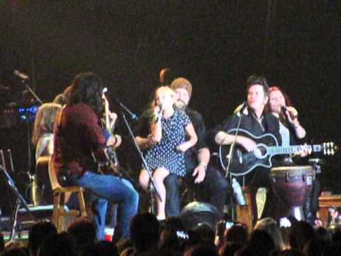 Lennon and Maisy Stella sing Ho Hey at Zac Brown Concert
