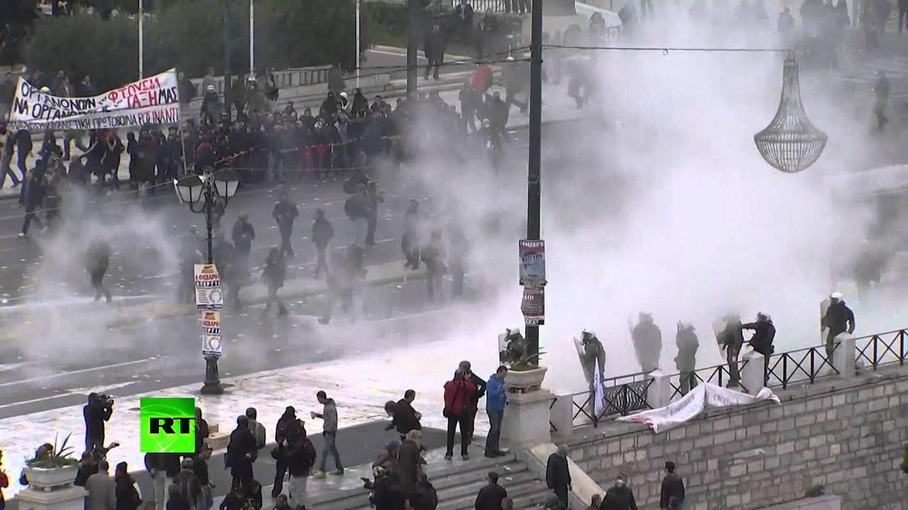 В центре Афин протестующие атаковали полицейских «коктейлями Молотова»