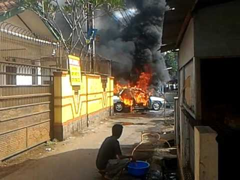mobil sedan terbakar di mampang depok, ngeri.. Senin 13 maret depok