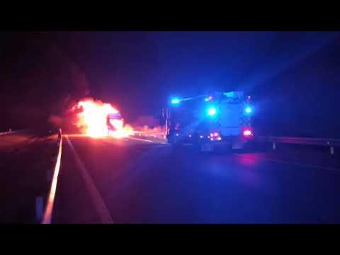 VÍDEO | Incendio de un camión portacoches en la A - 52 a la altura de Ábedes (Verín)