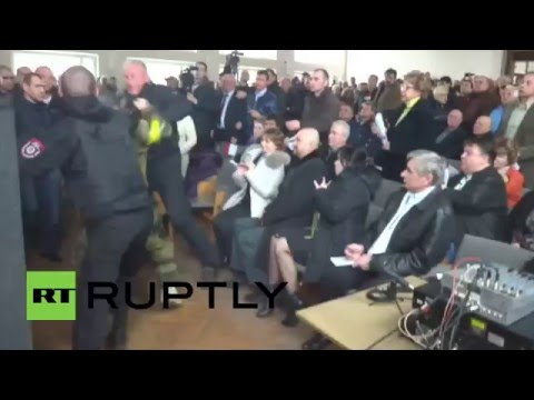 Ukraine: Violence hits council meeting as Right Sector force mayor to resign