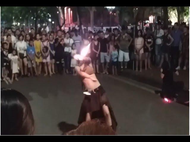 Gái xinh múa lửa - Suýt cháy quần - Phố đi bộ