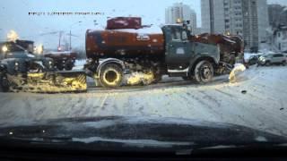 Чистка снега на перекрестке в Москве