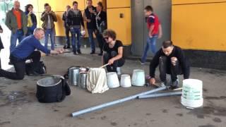 Парни играют на вёдрах в Москве!!! Круче барабана !!!