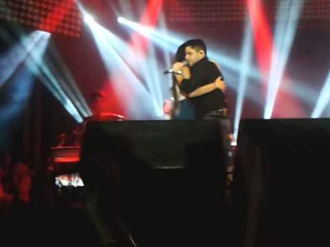 Fã dança no palco com Jorge da dupla Jorge e Mateus em Cajazeiras PB (Lindinez Dantas)