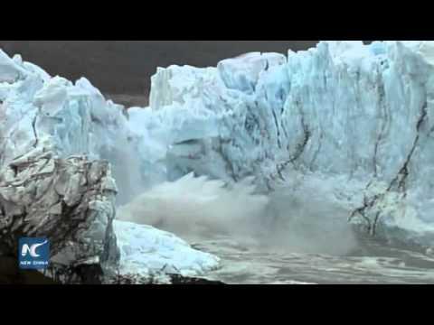 Ice bridge of Perito Moreno glacier collapses