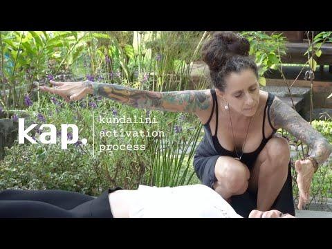 Qu'est-ce que KAP ? L'animatrice Barbara Blum explique la modalité du processus d'activation de la Kundalini.