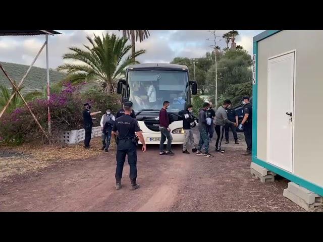 Sigue el traslado de Personas inmigrantes al campamento de Barranco Seco.