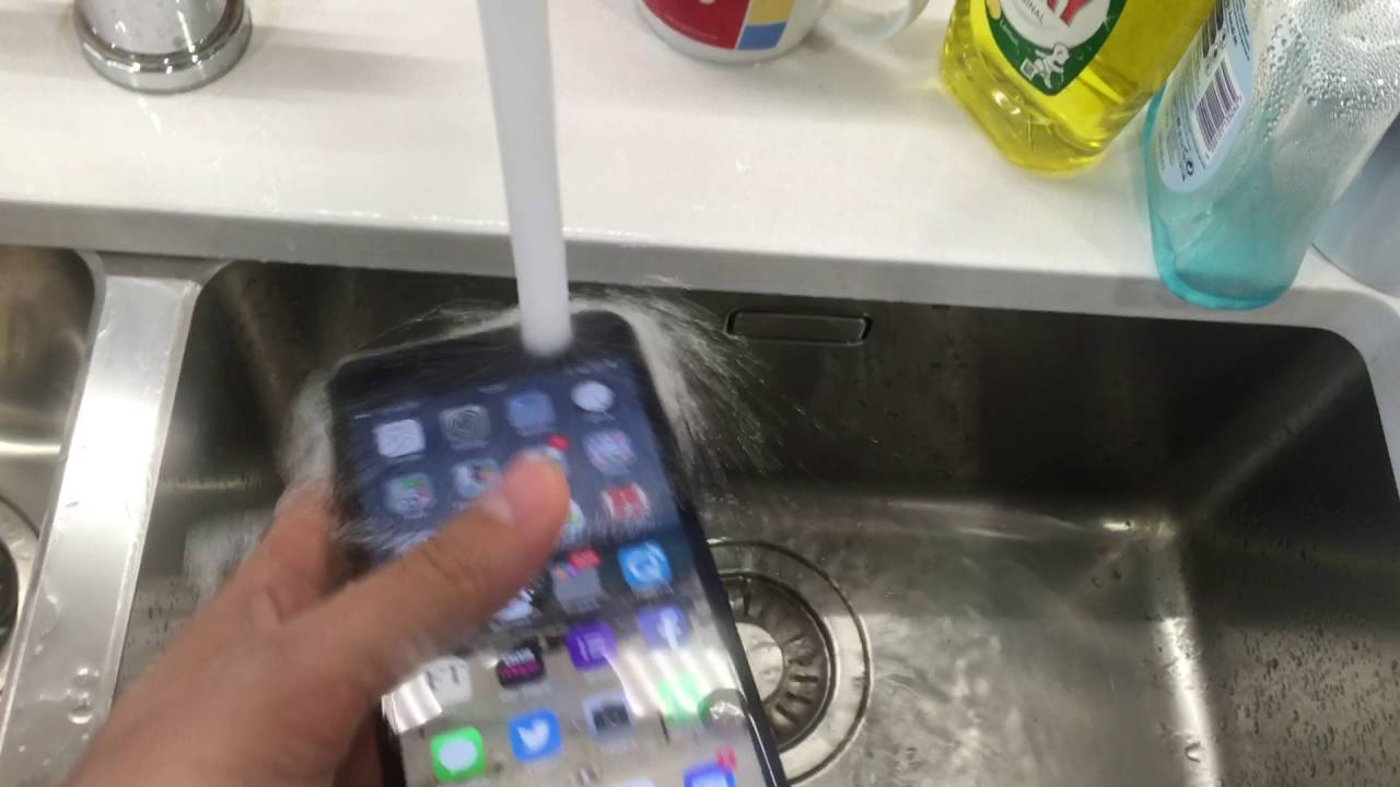 brand new b0a09 c33dd The water resistant iPhone 7 Plus underwater