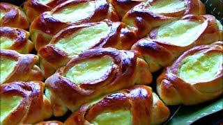Открытые  пирожки с творогом из дрожжевого теста в духовке