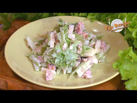 Салат с копчёной курицей и сельдереем.