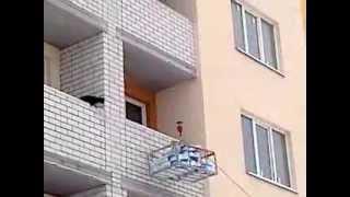 видео Подъем строительных материалов лебедкой на этаж