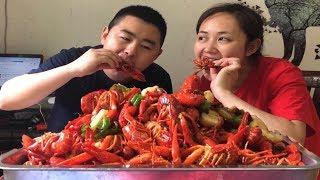 """【超小厨】130块5斤小龙虾,做媳妇最爱的""""油焖大虾"""",夫妻两人吃的停不下来,媳妇:这味道绝了"""