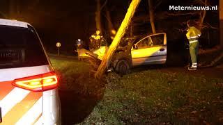 Auto frontaal op boom in Ommen