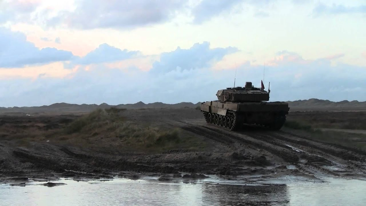 Leopard 2A5DK firing APFSDS-T practice round