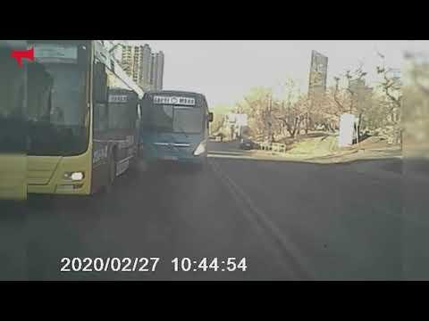 Водитель маршрута №60 умышленно столкнулся с автобусом №98ц во Владивостоке