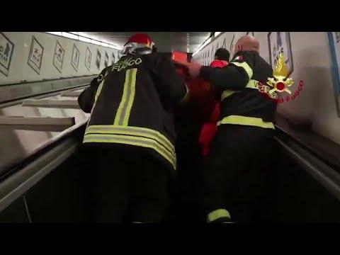 Roma, cede scala mobile nel metrò: i soccorsi ai tifosi russi feriti