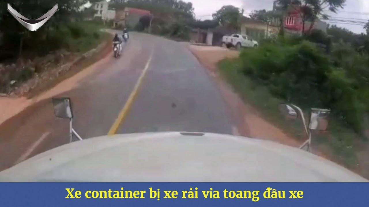 Xe container đang chạy bị xe tải trượt bánh vỉa bung đầu xe