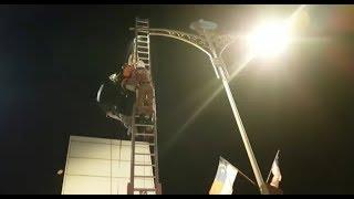 Peserta Base Jump tersangkut pada tiang lampu
