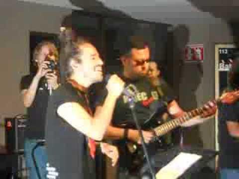Rubén Albarrán cantando