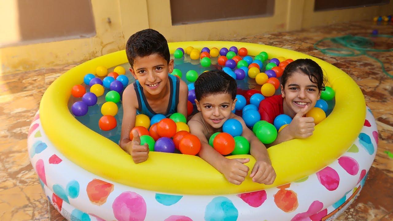 اطفال يلعبون بالمسبح